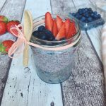 CHIA PUDDING VEGANO CON FRAGOLE E MIRTILLI